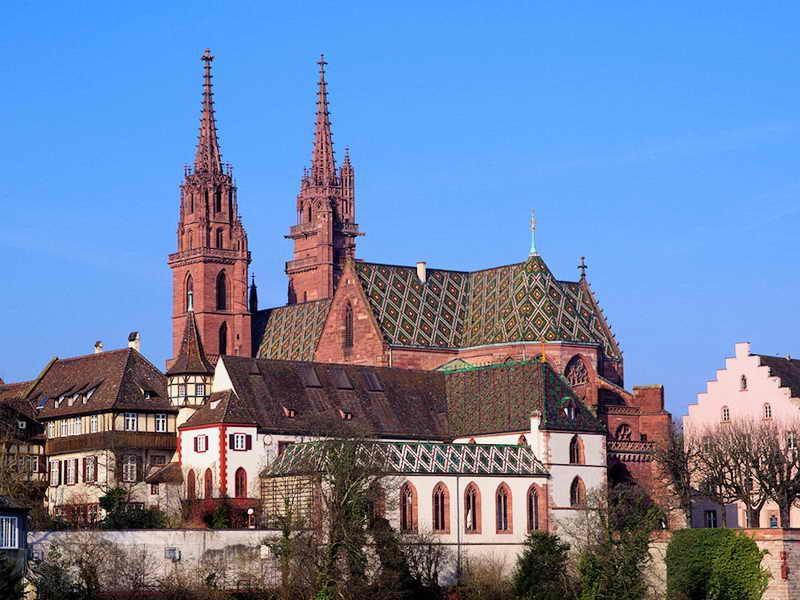 Справа - главный фасад собора, выходящий на торговую площадь - мюнстерплатц